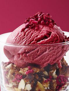 yoghurtis med hindbær og nøddecrunch. #opskrifter #inspirationdk