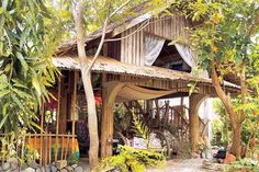 A sculptor takes nipa hut living to an enviably quirky high. Bamboo Architecture, Tropical Architecture, Rest House, House In The Woods, Cabana, Philippine Architecture, Philippine Houses, Bahay Kubo, Jungle House