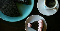 """""""Černější už to prý nejde""""  řekla  Lucie Grusová z Paleosnadno , když nám ve skupince na fb představovala tenhle Brownie dort z červené řepy... Brownies, Tableware, Cake Brownies, Dinnerware, Tablewares, Dishes, Place Settings"""