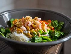 Ingefärspicklade morötter: Koka upp en lag på ättika, socker, vatten och ingefära. Slå lagen över de rivna morötterna. Ställ kallt och låt morötterna ligga i lagen i cirka 30 minuter innan servering. Kan förvaras cirka 5 dagar i kyl. Vietnamesiskdressing: Börja med att mixa rapsolja, sesamolja, fisksås, tamari, honung och limesaft. Tillsätt sedan hälften av mynta, chili,