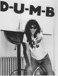 Joey Ramone being punk B)))) Joey Ramone, Ramones, Punk Rock, Iggy Pop, Bob Dylan, Music Love, Music Is Life, Beatles, Lps
