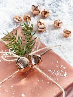 dekoideen-weihnachten-geschenke-verpacken-glocken-kupfer-gestaltung-metallic-geschenkpapier