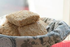 Although oatcakes are more of a Scottish thing, they were brought to Canada by Scottish immigrants and seemed to have found a home in most parts of Nova Scotia. If you head into pretty much any cof… Yummy Treats, Delicious Desserts, Sweet Treats, Dessert Recipes, Scottish Dishes, Scottish Recipes, Viking Food, Baked Oatmeal Recipes, I Want Food