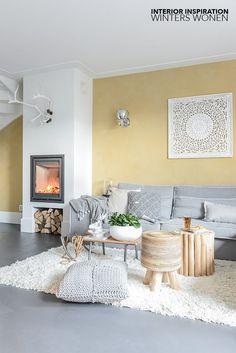 Warm winters wonen met een openhaard, warme mat gele tint op de wand en veel zachte materialen? Dat doen Eline en Maarten in Zwaag! A warm & cozy living with a fireplace, warm mat yellow tone on the w