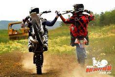 Há amigo mais próximo do que um irmão. www.motooffroad.com.br #friends #friendship #trilha #wheeling #nograu #amigos #amizade #amigo #moto #cumprimento
