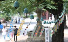 東京都大田区の池上本門寺で、岩手県の伝統工芸品「南部鉄器」の風鈴約500個がつるされ、涼しげな音色が訪れた人を楽しませている。平成17年に始まった催しで、今回で…