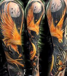 Tattoo d'un phénix orangé sur fond de pleine lune, placé sur le bras