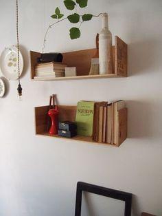 ワインの木箱で作る簡単な棚。木箱を半分にカットして、やすりをかけるだけです。小さな本やこまごましたものを置くのに便利そうですね。