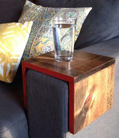 Ce plateau en bois est laccessoire idéal pour votre canapé.  Ce plateau est artisanal avec pin noueux. Les bords sont peints à lune des quatre