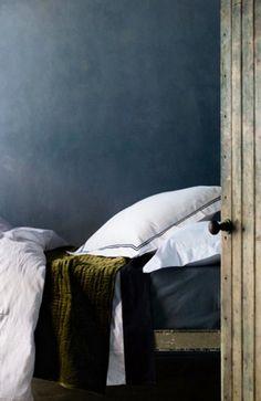 Prachtige grijs blauwe kleur marmerstuc in combinatie met de olijfgroene velours deken en het krakend witte beddengoed. Bezoek onze website (Stucamor) om te lezen hoe jezelf ook zo'n prachtige muur kunt creëren.