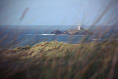 Der Godrevy Leuchtturm im Süden von England ist 1859 erbaut wurden, da viele Schiffe vor der Küste die Felsen nicht erkannten und untergingen. Durch seine spektakuläre Lage auf einem Felsen umrandet vom Meer dient der Leuchtturm als einzigartiges Fotomotiv. Länder und Leute bringt Sie in die Grafschaft Cornwall, in der Sie noch mehr dieser wunderschönen Landschaft entdecken können.