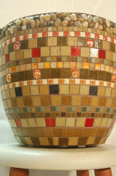 Beautiful mosaic pot with pebbled rim Mosaic Tile Art, Mosaic Vase, Mosaic Crafts, Mosaic Projects, Mosaic Planters, Mosaic Flower Pots, Mosaic Garden, Stained Glass Designs, Mosaic Designs