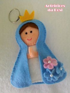 Lembrancinha Nossa Senhora Feltro no Elo7 | Arteirices da Rosi (876696) Felt Crafts, Diy And Crafts, Boy Baptism Centerpieces, Catholic Crafts, Couture Sewing, Homemade Christmas, Embroidery Stitches, Diy Gifts, Christmas Ornaments