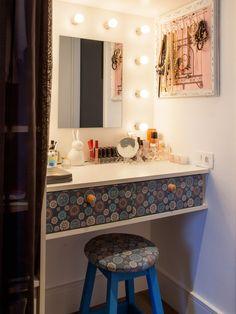 Como um nicho na parede pode ser adaptado para uma penteadeira.