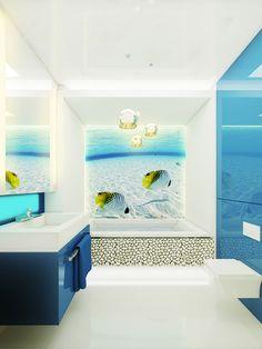 Wystrój łazienki z fototapetą z podwodnym światem i kamykami na wannie. Projekt w świeżych kolorach: białym i niebieskim z lampami przypominającymi bąbelki pod wodą.