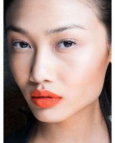 O batom laranja é a cara do verão e continua dando aquela pitada mais quente na maquiagem... Curte?