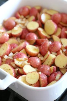 seasoned, sliced baby red Little Potatoes in a white Revol baking dish Cheesy Red Potatoes, Baked Red Potatoes, Cheddar Potatoes, Potatoes In Oven, Bacon Ranch Potatoes, Seasoned Potatoes, Little Potatoes, Sliced Potatoes, Roasted Potatoes