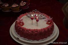Prinsessakakku pienelle prinsessalle <3 Täytteinä mansikkamousse sekä vaniljavanukas.