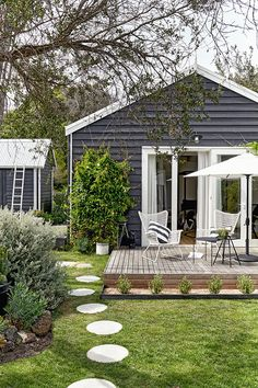 outdoor rooms Home tour: stylists studio rental on the Mornington Peninsula Cottage Exterior, House Paint Exterior, Exterior House Colors, Exterior Design, Outdoor Rooms, Outdoor Living, Studio Rental, Up House, Facade House