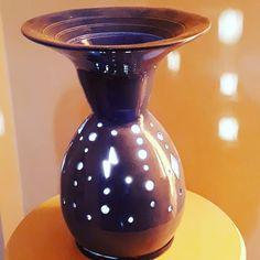 Velador en ceramica V60 Coffee, Coffee Maker, Kitchen Appliances, Vase, Instagram, Home Decor, Pedestal Tables, Coffee Maker Machine, Diy Kitchen Appliances