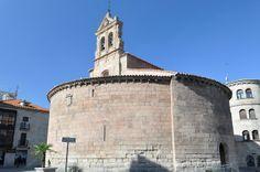 Iglesia de San Marcos, Salamanca. Planta circular, interior con tres naves separadas por arcos apuntados y tres ábsides semicirculares cubiertos con bóveda de medio cañón.