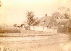 Łobzów w 1899 r. - drewniane domy kryte gontem, płoty. W oddali majaczy Kopiec Kościuszki. W tej okolicy wznosi się dziś gmach Uniwersytetu Pedagogicznego.