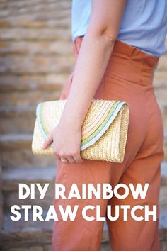 DIY a half-round straw purse for summer with this adorable rainbow clutch tutorial using regular old acrylic paint! It\'s ridiculously easy and can be made in a classic bright rainbow or this pretty pastel color palette for spring and summer! Diy Fashion Projects, Diy Craft Projects, Diy Crafts, Rainbow Bag, Clutch Tutorial, Diy Mode, Michael Store, Diy Schmuck, Pretty Pastel