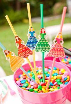 Branca de Neve, Cinderela, Bela Adormecida e tantas outras contam com lugar garantido na festa das princesas da Disney. Veja ideias criativas de decoração! Baby Shower Princess, Princess Party, Disney Princess, Crafts For Kids, Alice, Candy, Birthday, Desserts, Color
