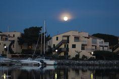 Pleine lune au dessus du port de Gruissan par Philippe. Aude Languedoc Occitanie Sud France