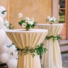 Round Table Centerpieces, Table Flower Arrangements, Wedding Flower Arrangements, Small Wedding Centerpieces, Formal Wedding Decor, Simple Elegant Centerpieces, Neutral Wedding Decor, Floral Wedding Decorations, Classic Wedding Decor