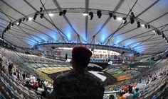 Cerimônia de abertura da Olimpíada - 5/8/2016 Membro da Força Nacional observa a chegada do público ao Maracanã, palco da cerimônia de abertura da Olimpíadaimagem: GABRIEL BOUYS/AFP