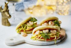 Krevetové knedlíčky jsou skvělá volba na silvestrovskou party.  #krevety #jednohubka #recept #jidlo #silvestr #food #recipe #silvester #shrimp #shrimprecipes Hot Dog Buns, Hot Dogs, Bon Appetit, Bread, Party, Food, Eten, Receptions, Bakeries