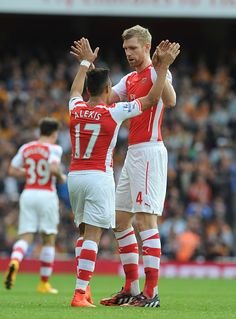 Alexis Sanchez & Per Mertesacker. The long and the short of it at Arsenal http://ozsportsreviews.com/2015/08/arsenal-beat-premier-league-champions/