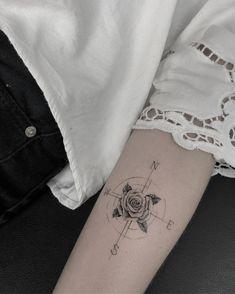 Tatuagem criada pela tatuadora Mallu Ka Tattoo de Salvador, Bahia. Rosa dos ventos com flor ao centro e delicada no antebraço.