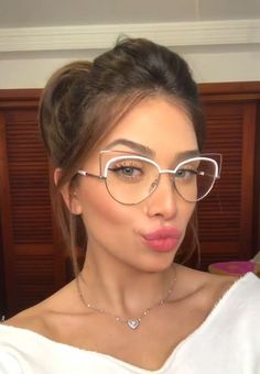 But if you have no idea which ones will look good, then here we leave you these 15 styles of lenses that you need for your myopia Clear Glasses Frames Women, Cute Glasses Frames, Fake Glasses, Cool Glasses, Cat Eye Glasses, Glasses Trends, Lunette Style, Eyewear Trends, Fashion Eye Glasses