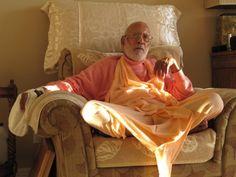 Dandavats Pranamas! Apresentamos uma breve aula de Sri Srimad Bhaktivedanta Narayana Gosvami Maharaja, que nos fala valiosas instruções sobre o cantar dos Santos Nomes, dada em 21 de maio de 1996, ...