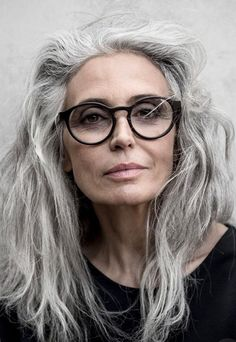 Salt and pepper gray hair. Granny hair don… Salt and pepper gray hair. No dye. Aging and going gray gracefully. Going Gray Gracefully, Aging Gracefully, Pelo Color Plata, Natural Highlights, Gray Highlights, Grey Wig, Beautiful Old Woman, Pretty Woman, Beautiful People
