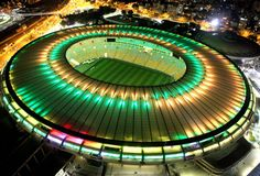 A menos de uma semana do início da competição, a cobertura do estádio foi iluminada, durante a noite, com as cores da bandeira brasileira, o tradicional verde e amarelo.  (Foto: Genilson Araújo / Agência O Globo)
