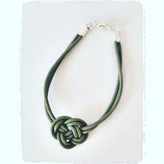 Sieg Hilde: Bracelet de cuir : noeud breton #bracelet #celtics #celtic #viking #pagan #wicca #knot #noeud #corde #cordon #cuir #leather #green #handcraft #diy #faitmain #sieg #sieghilde #strasbourg #vert #green #bijou #lexcellencecommebut #france #søstrenegrene #grenediy
