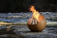 Nias - Design Feuerkugel und Feuerschale mit Grill | FORMRAUM SHOP