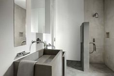 Salle de bains en béton lissé