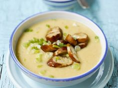 Die macht uns warm! Cremige Kartoffelsuppe mit gebratenen Brezenscheiben | http://eatsmarter.de/rezepte/cremige-kartoffelsuppe-mit-gebratenen-brezenscheiben