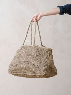 this oversized raffia bag is everything! i love the quirky shape, dirty tones and huge size. this bag gives me serious inspo! i want to pick up my crochet hook and make one like this right now. Crochet Handbags, Crochet Bags, Crochet Shell Stitch, Basket Bag, Purse Patterns, Knitting Patterns, Knitted Bags, Handmade Bags, Fashion Bags