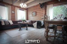 Tämä suuri ja tunnelmallinen olohuone on suunniteltu jopa 12 hengelle. Vuokramökki sijaitsee Rukalla. | This big and cozy living room is designed even for 12 guests. The rental cottage locates in Ruka, Finland.