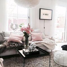 """Pink Vibes + """"Keep it simple but stylish!"""" So könnte das Motto des innovativen Designstudios Vita Copenhagen lauten. Die Lampenschirme des dänischen Labels lassen sich fix zusammenstecken und überzeugen durch originelle Zapfen-, Trichter- oder Wolkenform. Egal in welchem Raum – Vita schwebt über allem! ✨ @cecilia.sensi"""