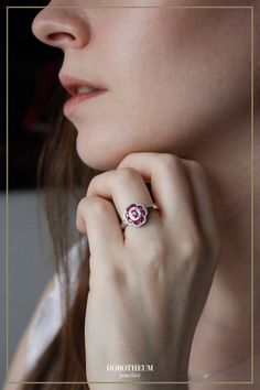 Eine blühende Pracht: funkelnde Rubine umgeben von glitzernden Diamanten machen diesen Ring zu einem wahren Blickfang!