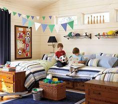 Quarto de menino decorado com bandeirinhas