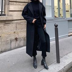 Very black look Discover more than 30 minimalist outfit ideas for fall Black , All black look , Street Style Source by emkafile. Black Women Fashion, Look Fashion, Trendy Fashion, Autumn Fashion, Womens Fashion, Trendy Style, Street Fashion, Fashion 2018, Curvy Style