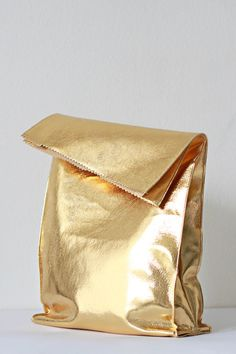 Sew a reusable lunch bag out of faux gold leather. 23 DIY Ways To Fake It Until You Make It Moda Formal, Gold Everything, Metallic Look, Color Dorado, Bronze, Style Outfits, Stay Gold, Fancy, Gold Rush