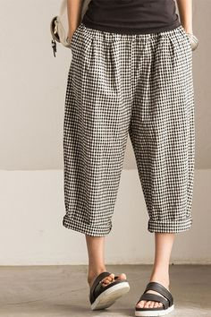 """Art Causel Black White Grid Wide-legged Pants Linen Causel Women Clothes K988A Clothes will not shrink,loose Cotton fabric, soft to the touch. *Care: hand wash or machine wash gentle, best to lay flat to dry.*Material: Cotton  Weight:340g*Colour:Photo colour*Model size: Height/Weight: 169cm /45kg W/H(cm):57/84          Height/Weight: 162cm/45kg W/H(cm):67/87 *Measurement(It can fit size M,L well.)Length: 83 cm / 32""""Waist: 64-82 cm / 25""""- 32""""Hip: 120cm / 57""""Front Rise: 40 cm"""